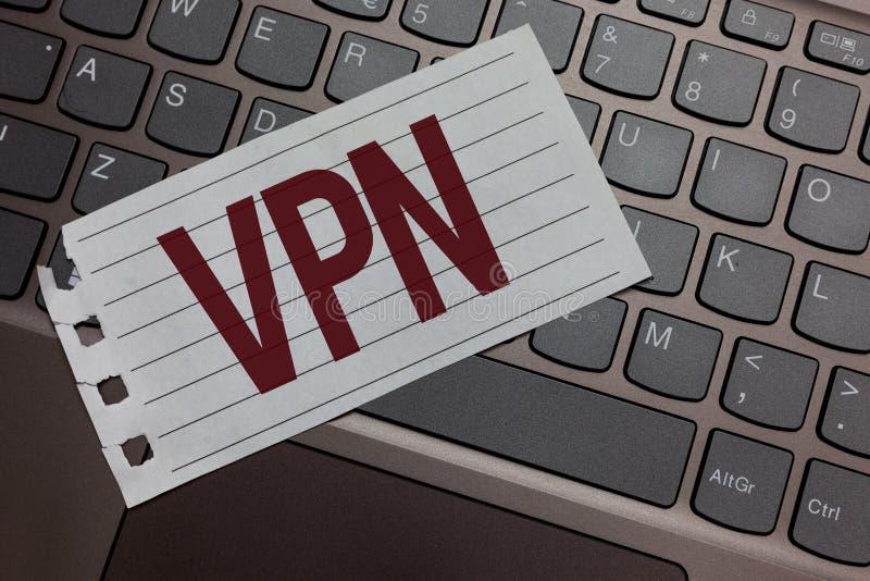 Nota di scrittura che mostra Vpn Foto di affari che montra rete privata virtuale assicurata attraverso la tastiera protetta di do immagini stock