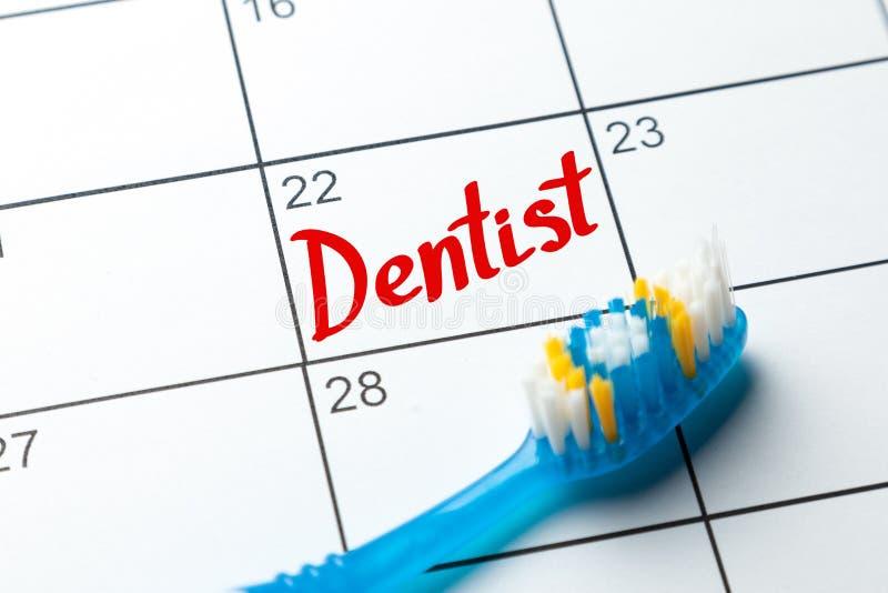 Nota do dentista no calendário Entrada da escova de dentes e do calendário fotos de stock royalty free