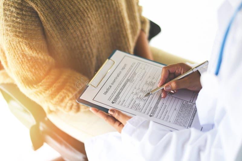 Nota do doutor no informe médico - relatório do exame médico para o diagnóstico no hospital - médico das verificações dos cuidado foto de stock