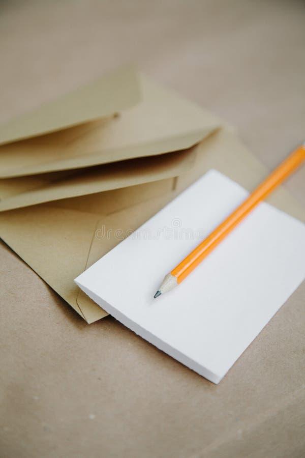 Nota e buste bianche da carta riciclata immagine stock libera da diritti