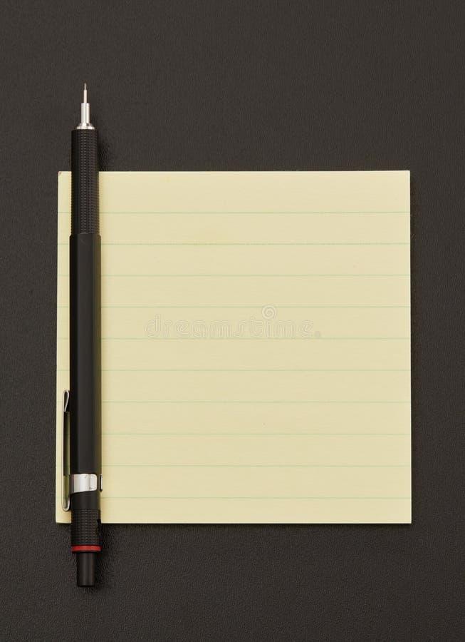 Nota e penna adesive fotografia stock libera da diritti