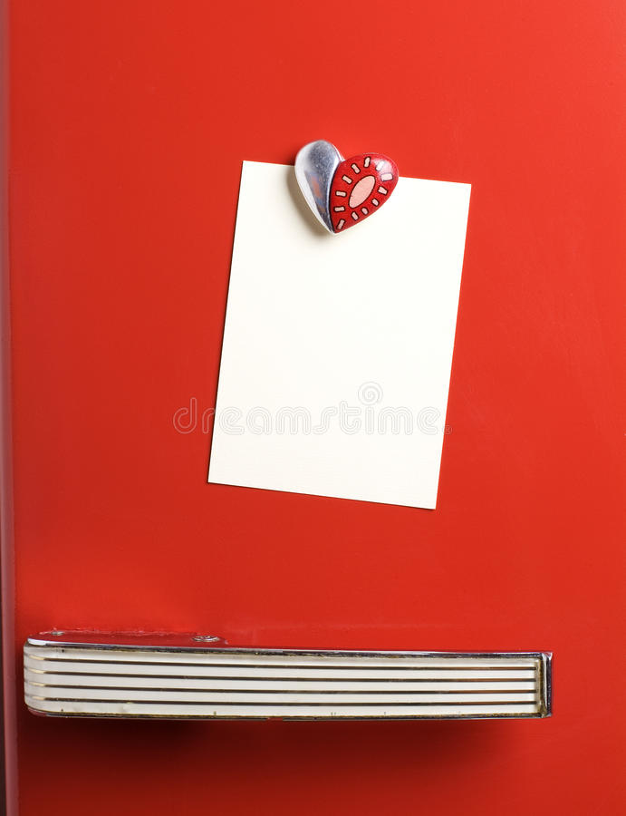 Nota en blanco sobre la refrigerador-puerta roja de los años 50, formar-imán del corazón, copia foto de archivo