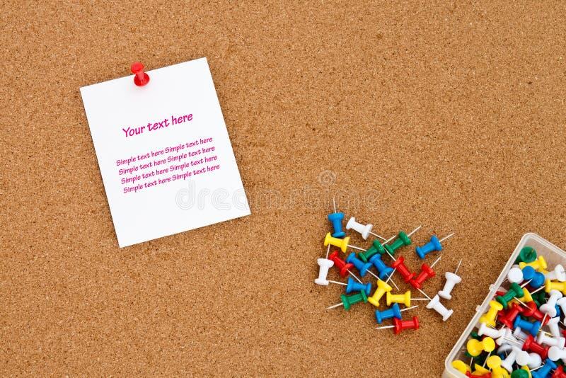 Nota en blanco sobre tarjeta del corcho fotos de archivo libres de regalías