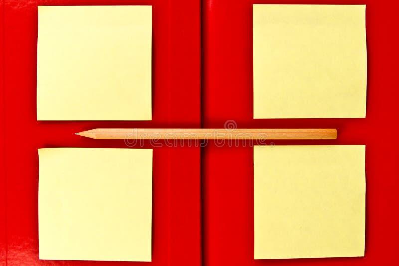 Nota en potlood op rood notitieboekje royalty-vrije stock afbeeldingen
