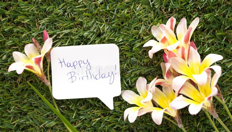 Nota na forma de uma bolha do bate-papo, com feliz aniversario das palavras! fotografia de stock
