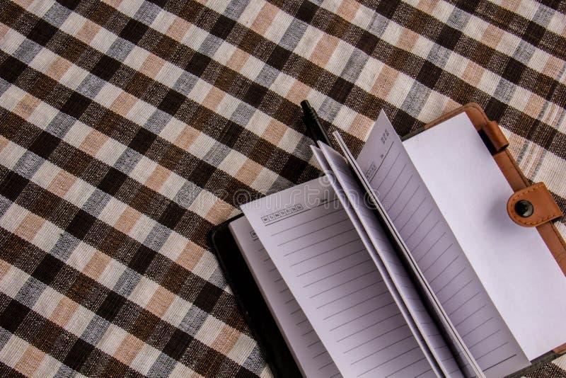 A nota na tabela, pôs sobre o algodão imagem de stock royalty free
