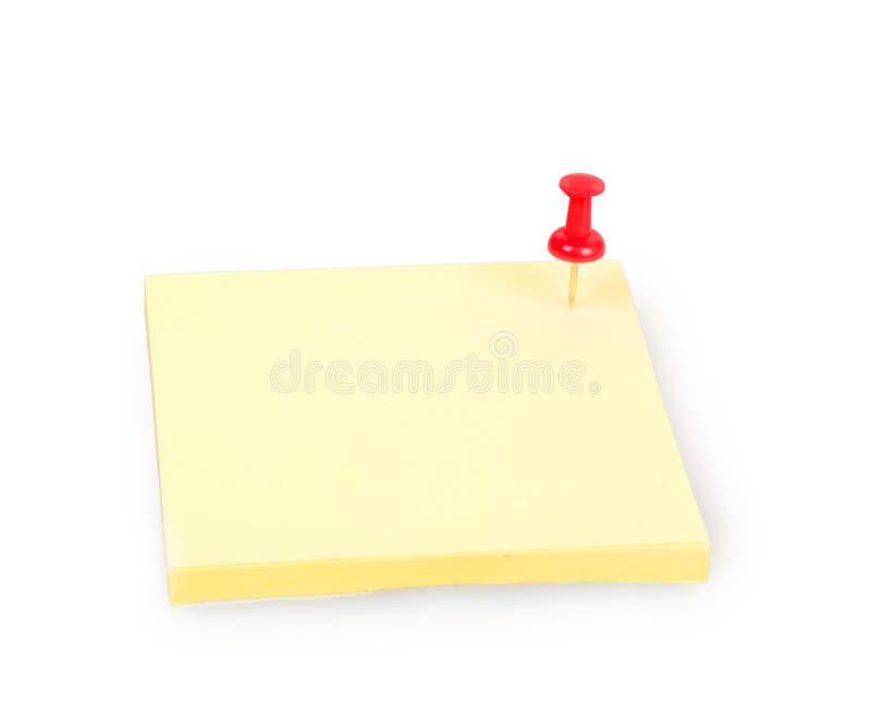 Nota pegajosa amarela vazia com o pino vermelho do impulso foto de stock