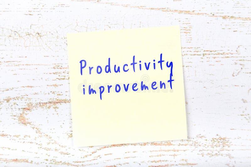 Nota pegajosa amarilla con la mejora de productividad manuscrita del texto libre illustration
