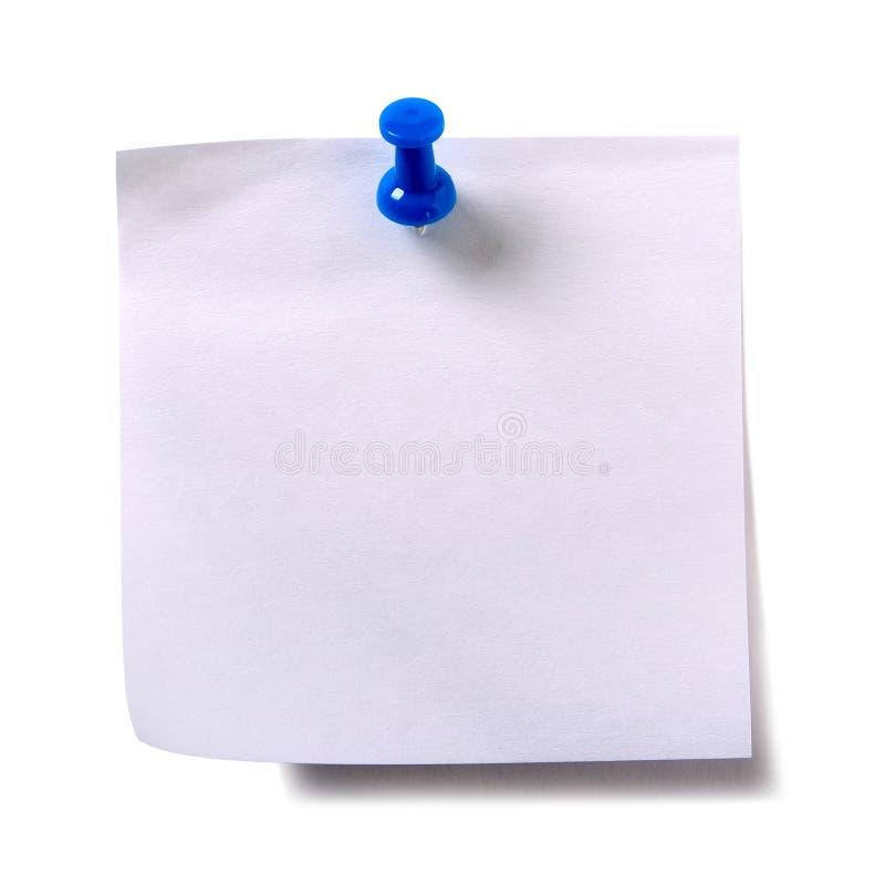 Nota pegajosa branca lisa do cargo com o percevejo azul isolado fotografia de stock