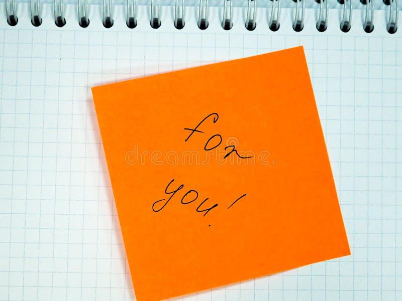Nota pegajosa con el texto para usted, motivación foto de archivo
