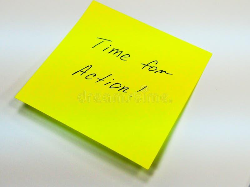 Nota pegajosa con el tiempo del texto para la acción, motivación fotografía de archivo libre de regalías