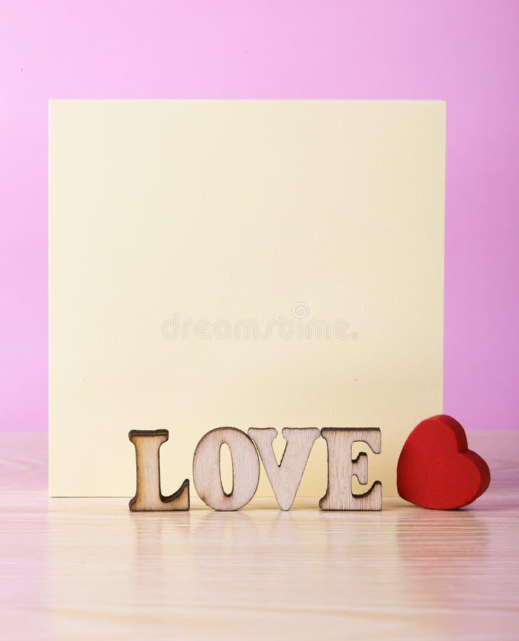Nota pegajosa en blanco con el corazón rojo imagen de archivo libre de regalías