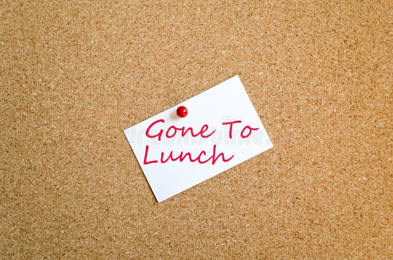 Nota pegajosa ida para almorzar concepto fotos de archivo