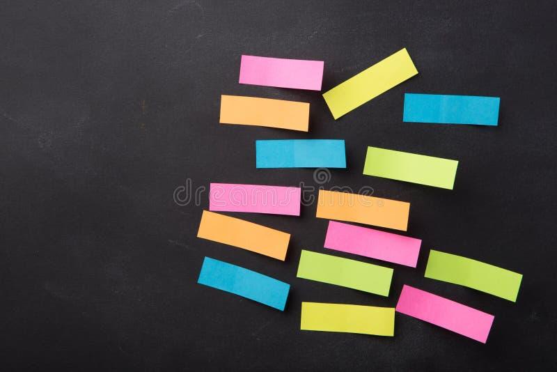 nota pegajosa sobre la pizarra en blanco fotos de archivo