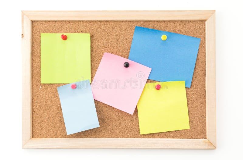 Nota pegajosa sobre tarjeta del corcho foto de archivo
