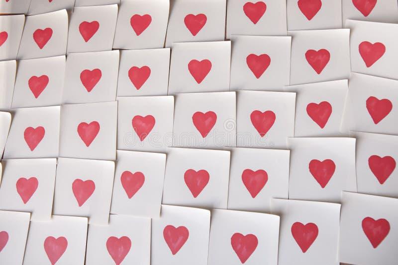 Nota pegajosa vacía del extracto con el corazón Mensaje de la tarjeta de felicitación de la tarjeta del día de San Valentín imagen de archivo libre de regalías