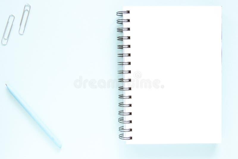 Nota, pen, scoop, witte pagina Open noot, blauwe pen, scoop op een vlakke lay-achtergrond Onderzoeksconcept stock fotografie