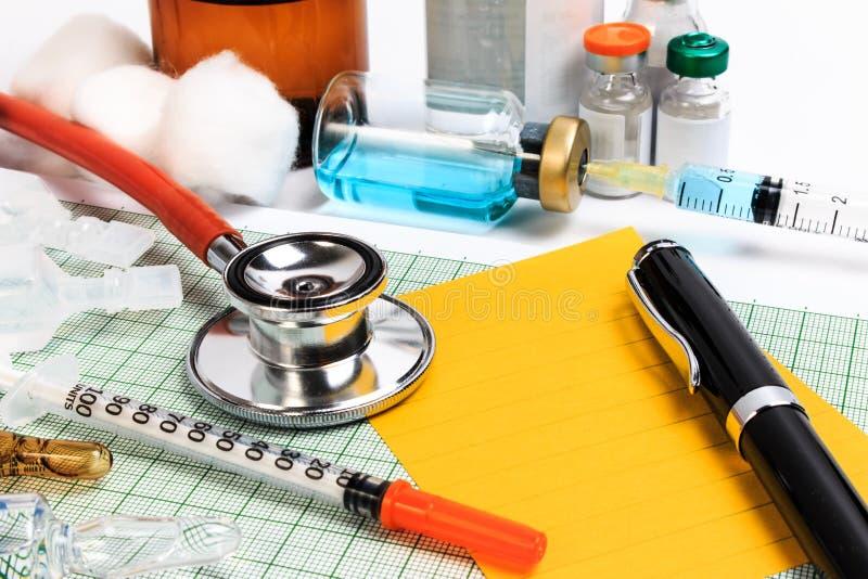 Nota sul calendario, appuntamento dello stetoscopio, della penna e della carta di medico fotografia stock