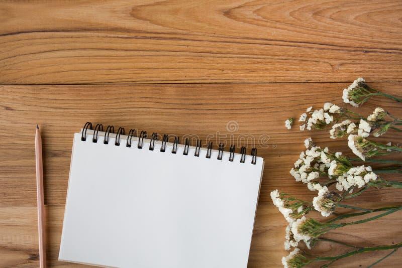 Notaboek met potlood op een houten bureau stock afbeelding