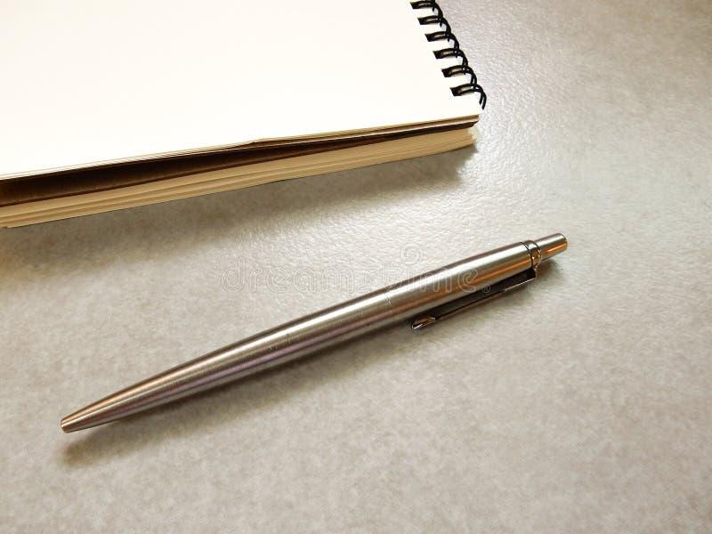 Notaboek met velen kleur van pen op grijze achtergrond stock foto