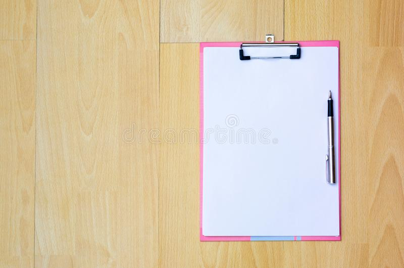 Notadocument de Pen hoogste mening van de Koffiemok over een houten vloer het schrijven idee op boek, het werkruimte royalty-vrije stock afbeeldingen