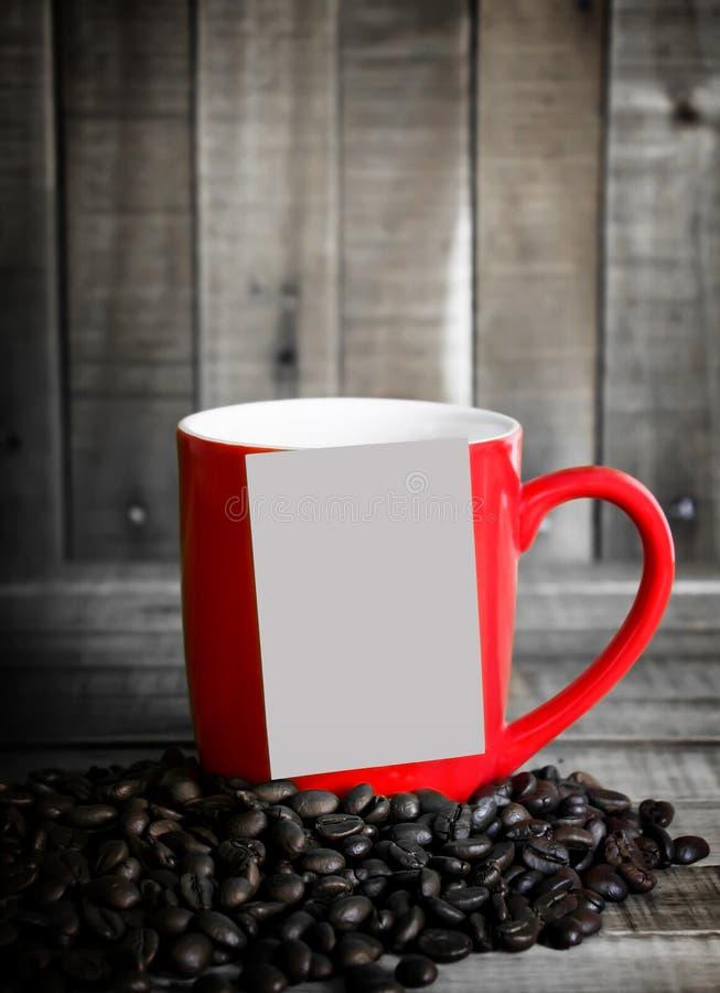 Notadocument en rode kopkoffie op houten lijst stock foto