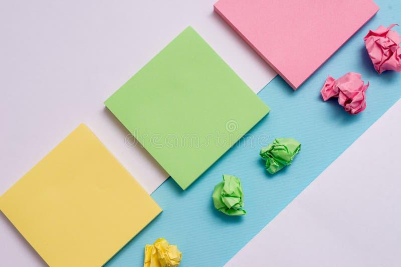 Notadocumenten en schroot boven gekleurde achtergrond Stationaire pastelkleurkleur geplaatst op de bovenkant van zachte huedtoneo vector illustratie