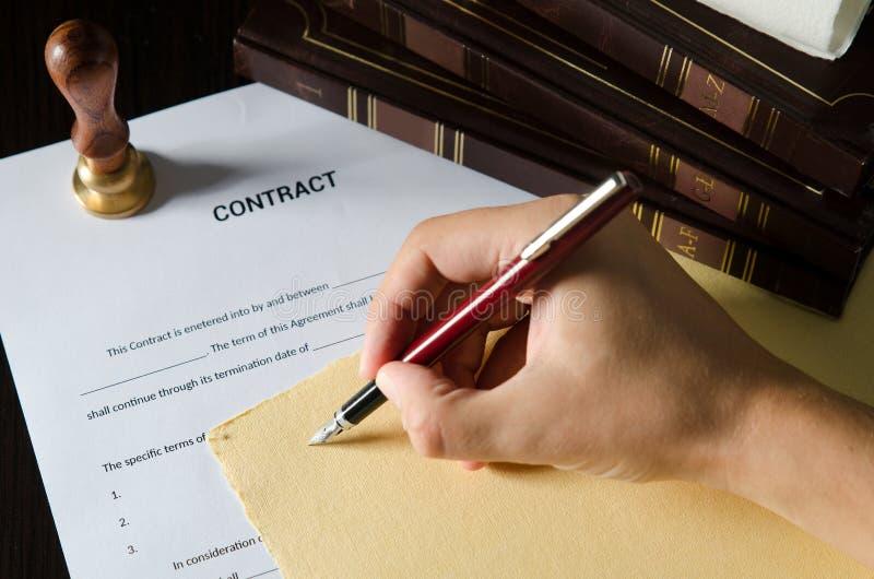 Notaio che firma un contratto con la penna stilografica fotografie stock
