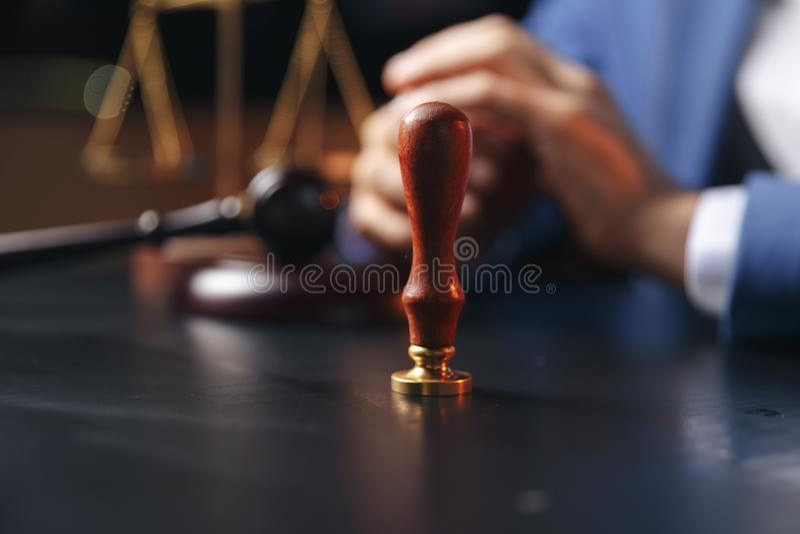 Notaio che firma un contratto con la penna stilografica nel concetto della stanza scura notaio dell'avvocato dell'avvocato di leg immagini stock libere da diritti