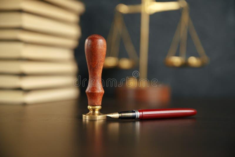 Notaio che firma un contratto con la penna stilografica nel concetto della stanza scura notaio dell'avvocato dell'avvocato di leg fotografie stock