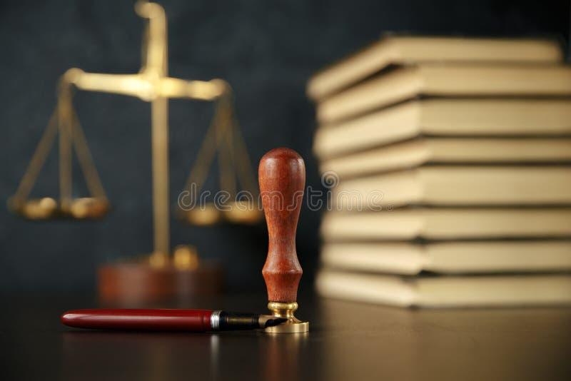 Notaio che firma un contratto con la penna stilografica nel concetto della stanza scura notaio dell'avvocato dell'avvocato di leg fotografia stock libera da diritti