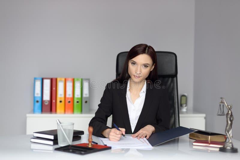 Notaio della donna che firma la procura immagine stock libera da diritti