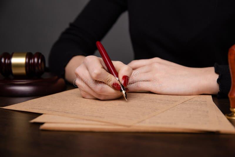 Notaire dans la signature de bureau images stock