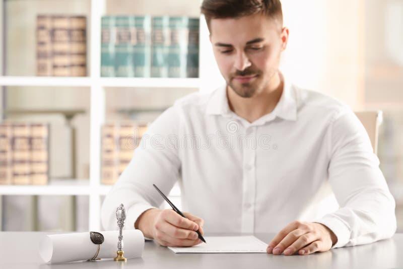 Notaire masculin travaillant avec des documents image stock