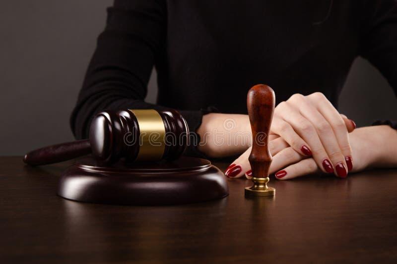 Notaire signant un contrat avec le stylo-plume dans le concept de chambre noire notaire d'avocat de mandataire de loi d'homme d'a photo libre de droits