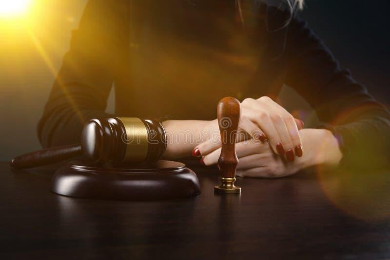 Notaire signant un contrat avec le stylo-plume dans le concept de chambre noire notaire d'avocat de mandataire de loi d'homme d'a image stock