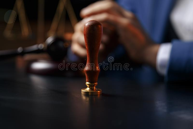 Notaire signant un contrat avec le stylo-plume dans le concept de chambre noire parquez le notaire d'avocat de mandataire de loi  photo stock