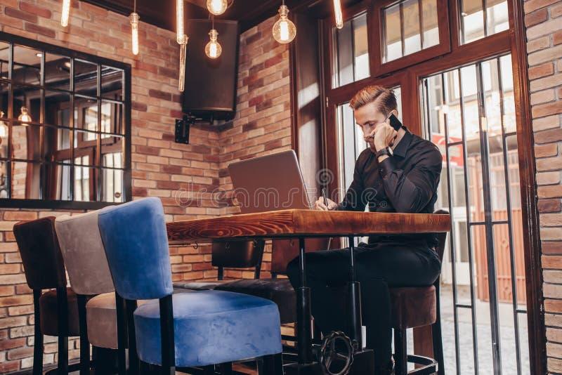 Notario de la escritura del hombre de negocios durante la conversación telefónica móvil fotos de archivo libres de regalías