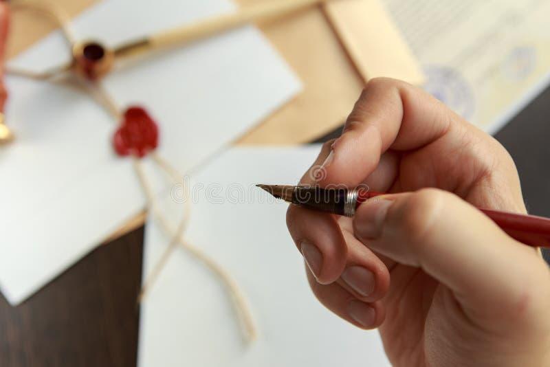 Notaris die een contract met vulpen in donker ruimteconcept ondertekenen de notaris van de de procureursadvocaat pen van de bedri royalty-vrije stock fotografie