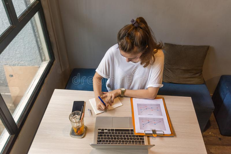 Notas asiáticas da escrita da mulher e relatório financeiro da carta imagem de stock royalty free