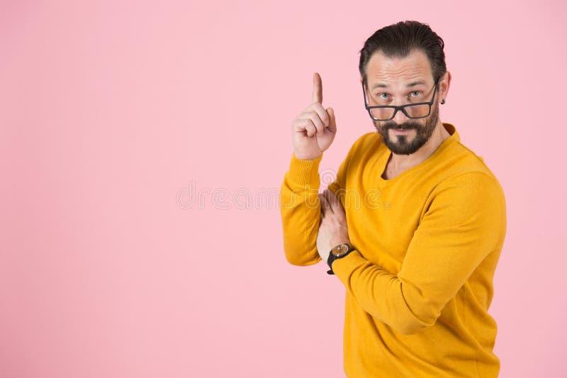 Notas barbudas listas del hombre a mano para arriba El hombre sabio pide la atención a arriba El profesor hizo la conclusión impo foto de archivo