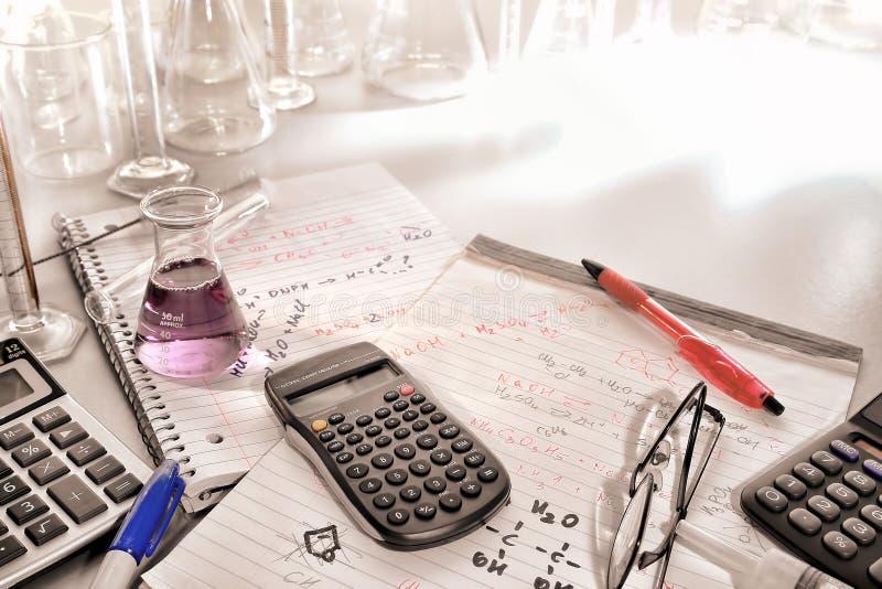 Notas científicas de las fórmulas de la calculadora y de la química foto de archivo
