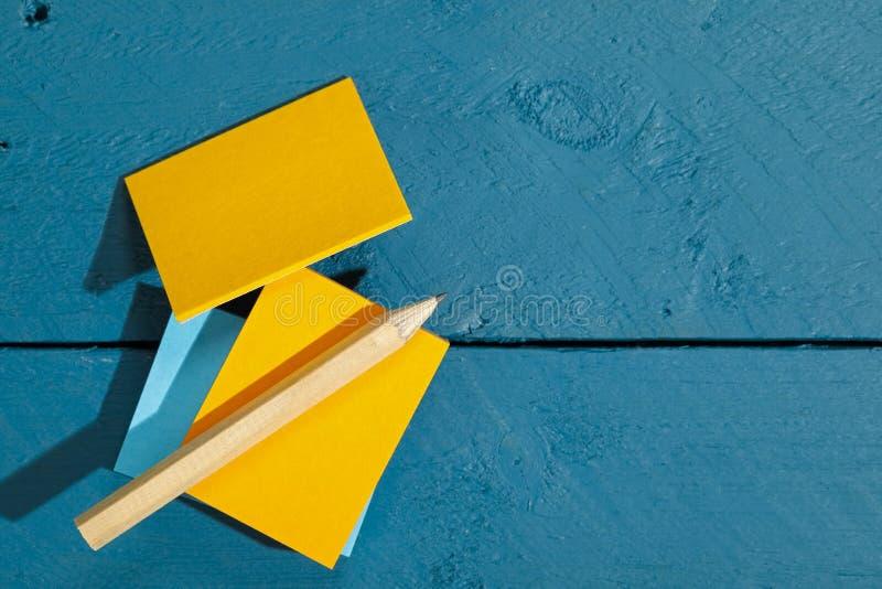 notas coloridas del Uno mismo-palillo y un lápiz imagen de archivo libre de regalías