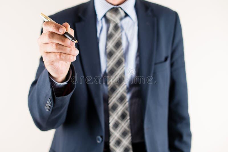 Notas da escrita do homem de negócio e plano de negócios da fatura Conceito de foto de stock