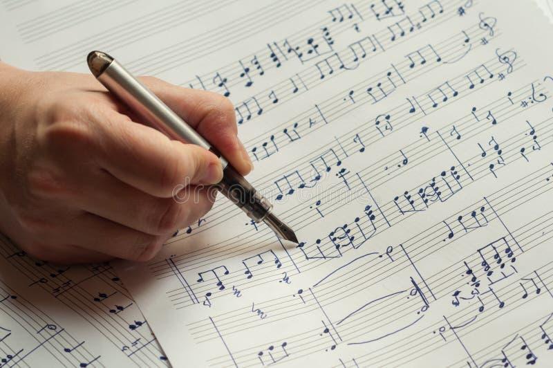 Notas da música da escrita com pena de fonte fotos de stock royalty free