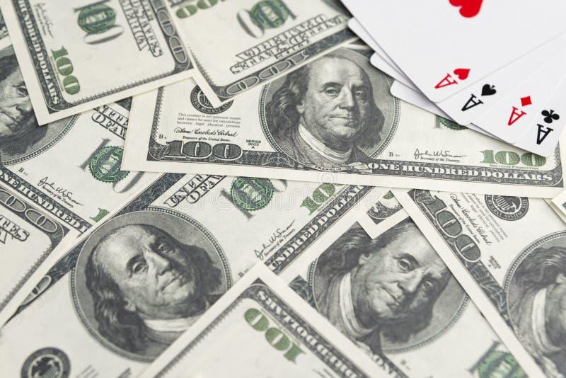 Notas de banco dos dólares Pás reais do flash do casino dos cartões de jogo Quatro ás gambling ganhar imagens de stock royalty free