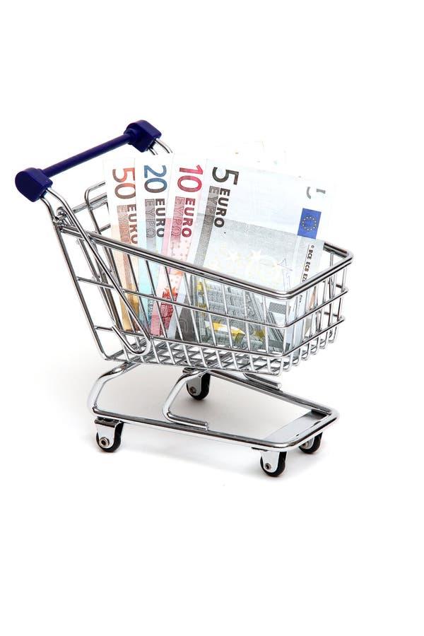 Notas de banco européias na cesta dos productos fotos de stock