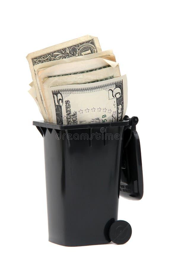 Notas de banco no escaninho dos desperdícios imagem de stock