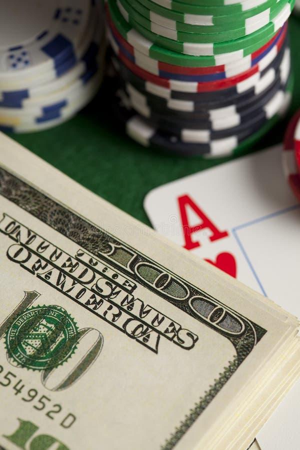 Notas de dólar, cartões de jogo e microplaquetas de pôquer imagens de stock royalty free