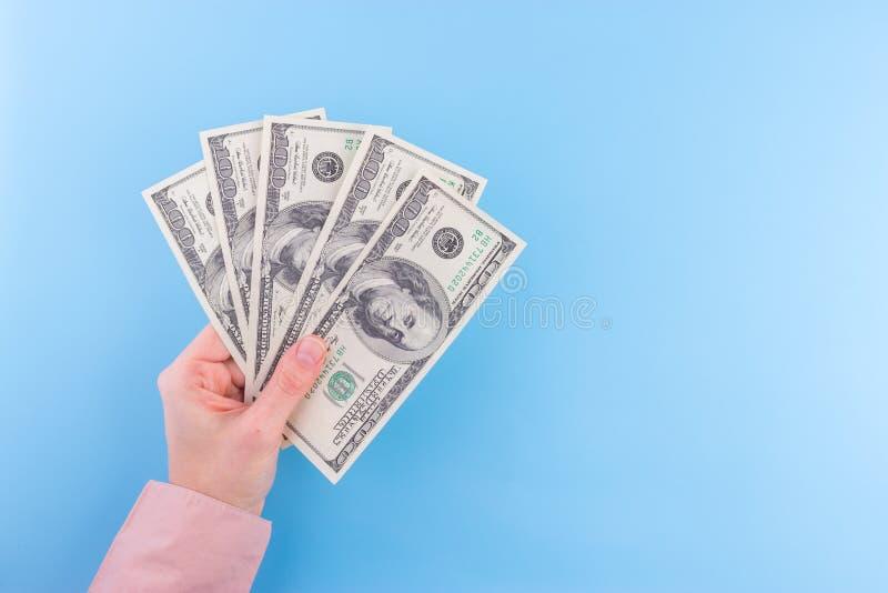 Notas de dólar da posse da mão imagem de stock